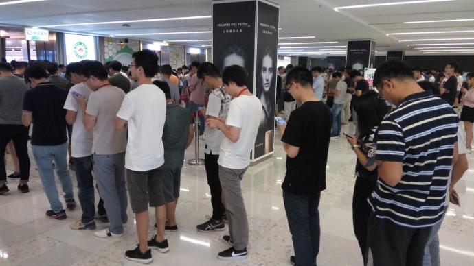 В исследовательских кампусах Huawei большинство сотрудников идут на обед и уходят с обеда практически не отрываясь от экрана смартфона. Возникает ощущение, что вся жизнь этих людей перенеслась из биологического тела в смартфон.