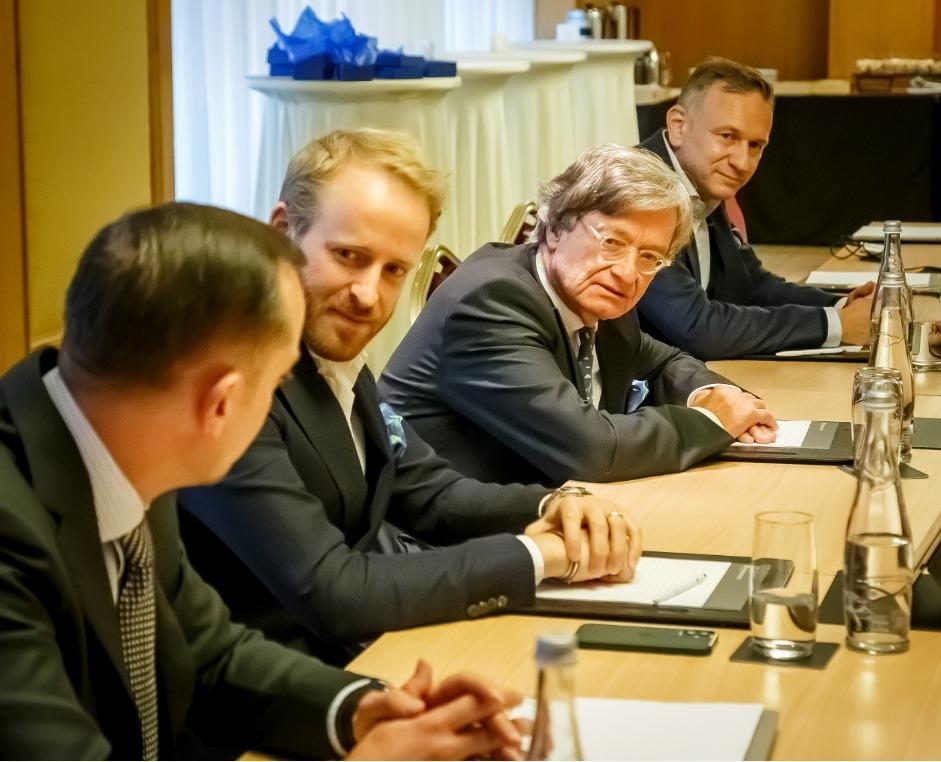 Генеральний директор Gebr. Heinemann Макс Хайнеманн і співвласник та член консультативної ради Gebr. Heinemann Клаус Хайнеманн (у центрі).