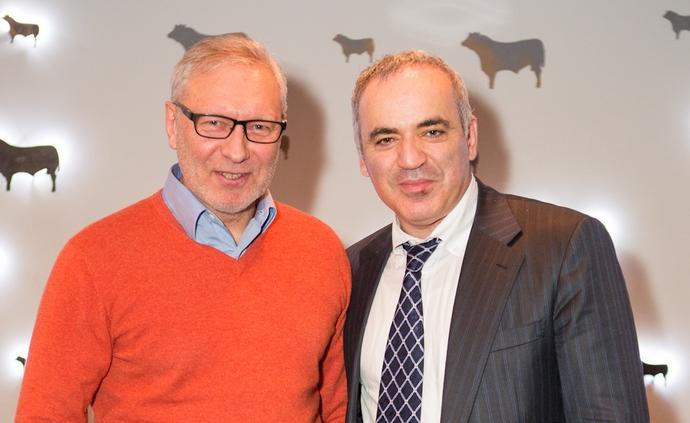 Буткевич (зліва) і відомий шахіст Гаррі Каспаров