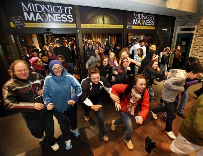 Покупці вбігають в торговий центр в Юджині, штат Орегон