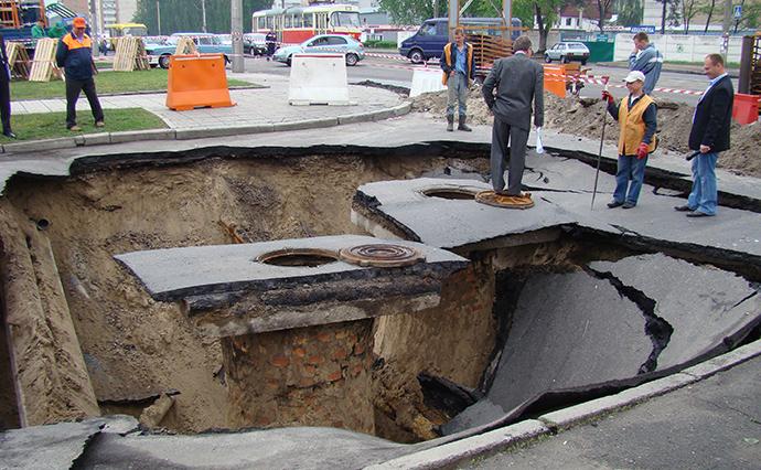 Аварія на колекторі діаметром 600 мм на розі вулиць Бориспільської та Горбунова в березні 2010 року