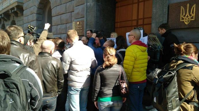 У вівторок активісти теж чекали на допит Мільмана під СБУ.