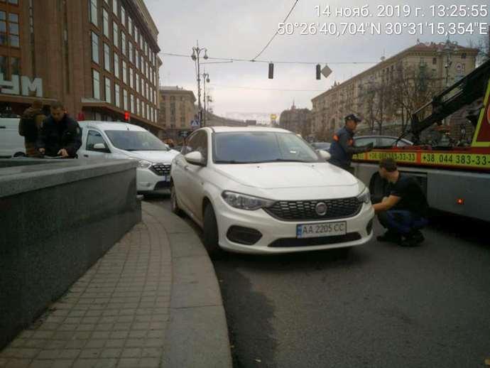 9b10faa inspektory evakuatsiya avto 1 - Инспекторы по парковке начали самостоятельно эвакуировать автомобили — КГГА