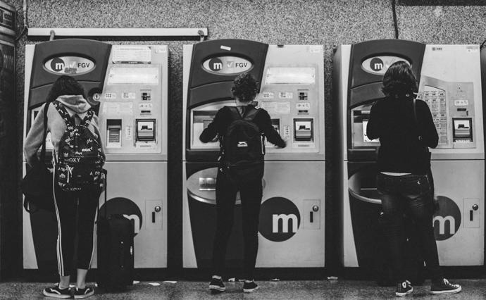 Банкомати - чудовий приклад того, наскільки повільно відбувається заміна людей технологіями