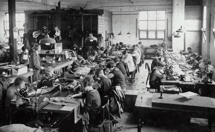 Історія автоматизації починається з першої промислової революції у 18 сторіччі і вже тоді  люди почали хвилюватись за свої робочі місця