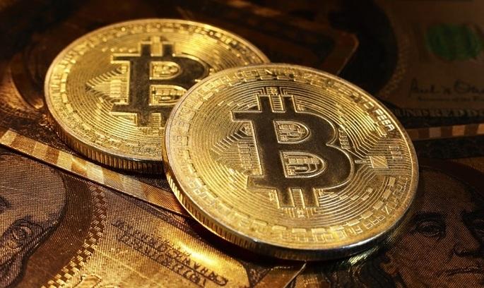 Криптовалюта биткоин в пятницу снова побила свой рекорд, достигнув отметки в 25 тысяч долларов.