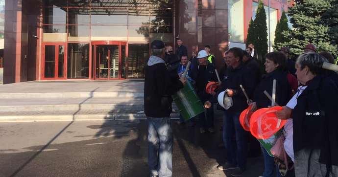 Работники завода Коломойского пришли за зарплатой под офис Приватбанка