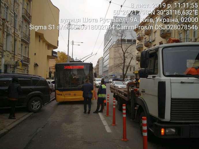ad25bb3 inspektory evakuatsiya avto 2 - Инспекторы по парковке начали самостоятельно эвакуировать автомобили — КГГА