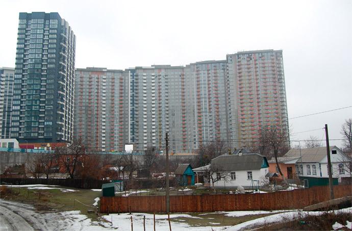 Как застройка выглядит в реальности на февраль 2019 года: в многоэтажном жилом доме слева на нижнем этаже открыто согласно проекту