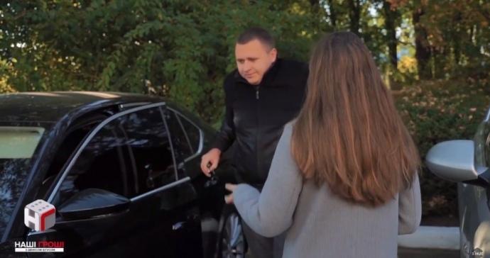 Андрій Недбайло їздить на авто матері
