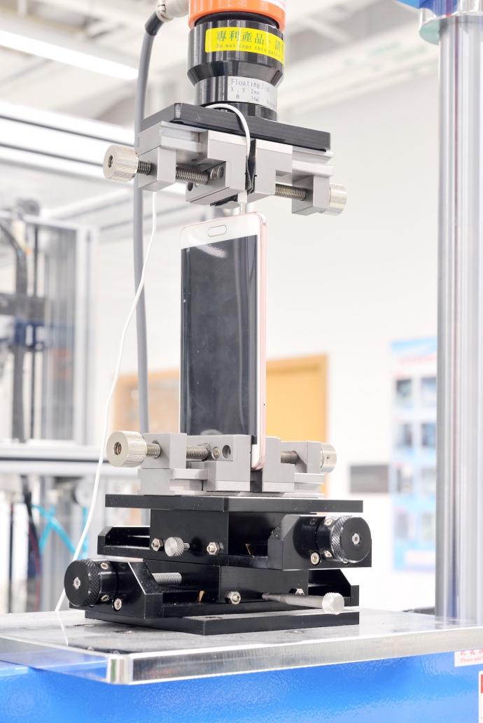 Гидравлический симулятор скручивания смартфона вдоль оси.