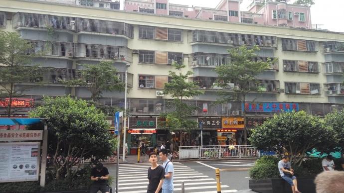 В Шеньчжене на окнах почти всех жилых домов, независимо от этажа установлены металлические решетки.