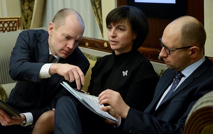 З виконавчим директором EBA Анною Дерев'янко та Арсенієм Яценюком.