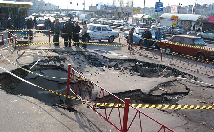 Аварія на колекторі Д=2400 мм на розі вулиць Братиславської та Електротехнічної в квітні 2007 року.