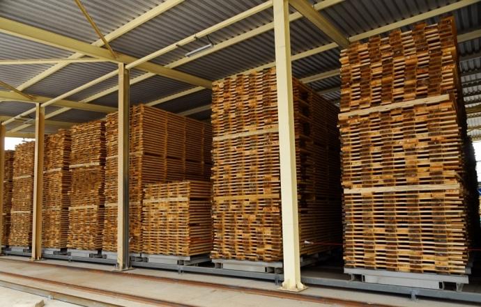 Проміжний склад висушених пиломатеріалів, що очікують на сортування та запакування