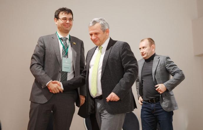 Данило Гетманцев та радник президента Олег Устенко, на задньому плані - співвласник